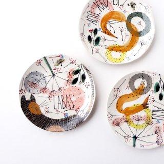 sc013 リトアニア 手びねりの形とラフな手書きイラスト 味のある陶器 プレート中 20cm