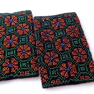 rie126-Egle リトアニア ビーズ編みのリストウォーマー RIESINES 黒地に光り輝くオレンジの花々