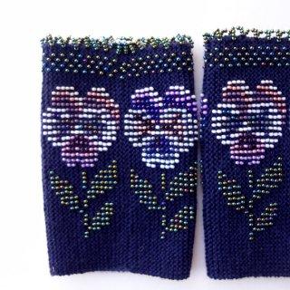 rie131-Milvi リトアニア ビーズ編みのリストウォーマー RIESINES ダークブルー地にビーズのお花模様、立体的な縁飾り