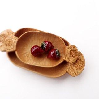 リトアニア 手彫りの木の器、入れもの キャンディみたいな横長の形