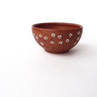 リトアニア Reginaさんの黒陶器 ブラックセラミック デイジーの花が描かれたテラコッタ色の小さな器