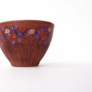 リトアニア Reginaさんの黒陶器 ブラックセラミック 繊細な花々が描かれたテラコッタ色の器
