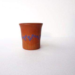 リトアニア Reginaさんの黒陶器 ブラックセラミック ひとつだけ花びらが赤い、リネンの花が描かれたカップ