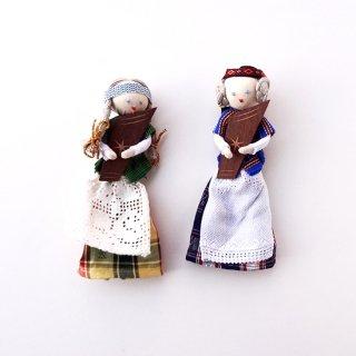 民俗楽器カンクレス kanklės を持った民族衣装を着た女の子の人形