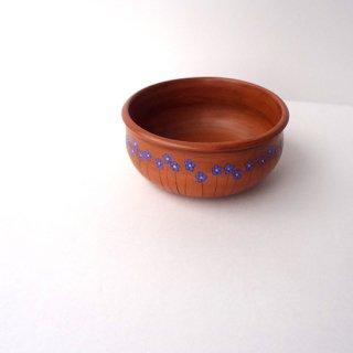 リトアニア Reginaさんの黒陶器 ブラックセラミック 平たい小鉢にリネンの青い花