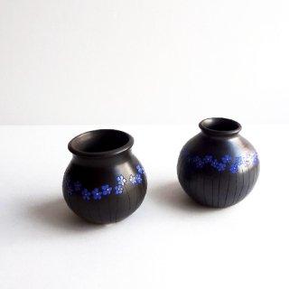 リトアニア Reginaさんの黒陶器 ブラックセラミック リネンの青い花が描かれた小さな花瓶