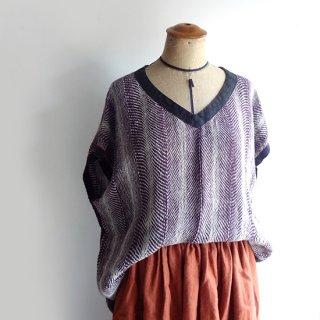 リトアニア 手織りリネンのトップス モーブ系にパイピングがきいたVネックトップス