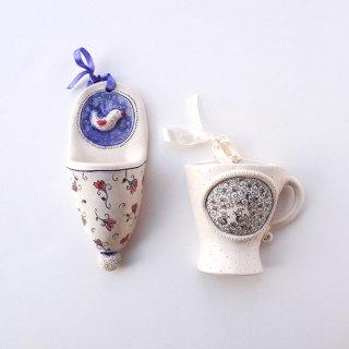 リトアニア Ineta 民芸市で見つけた壁掛けの陶器 マグカップ型とスリッパ型