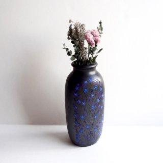 リトアニア Reginaさんの黒陶器 ブラックセラミック 前面に繊細な絵柄が描かれた背の高い花瓶