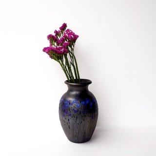 リトアニア Reginaさんの黒陶器 ブラックセラミック ぐるりと全体的に繊細な絵柄が描かれた形の良い花瓶