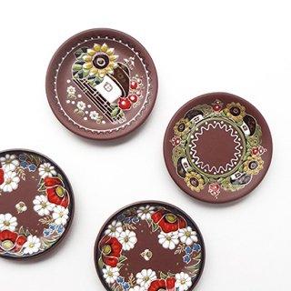 ウクライナ 刺繍のような凹凸柄が素敵な陶器 飾り皿小 直径15cm