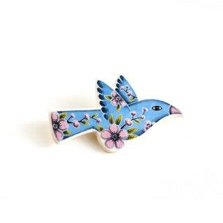adm006 リトアニアの森の物語がぎゅっと詰まった陶器のブローチ 水色にピンクのお花の小鳥