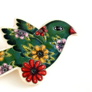 adm009 リトアニアの森の物語がぎゅっと詰まった陶器のブローチ グリーンに赤いお花がポイントの小鳥