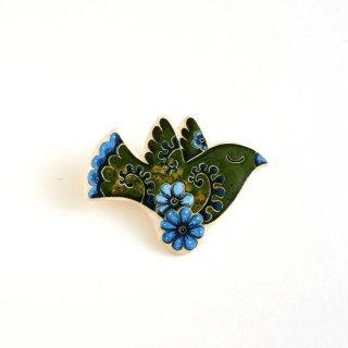 adm010 リトアニアの森の物語がぎゅっと詰まった陶器のブローチ グリーンに水色のお花がポイントの小鳥