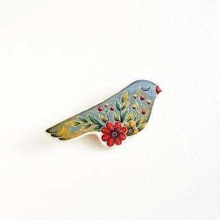 adm012 リトアニアの森の物語がぎゅっと詰まった陶器のブローチ 淡いグレーに赤いお花がポイントの小鳥