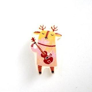 【アウトレット品】adm020 リトアニアの森の物語がぎゅっと詰まった陶器のブローチ ギターを弾くヘラジカ ヒビ有