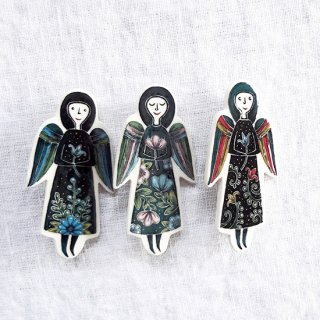 adm021 リトアニアの森の物語がぎゅっと詰まった陶器のブローチ 天使たち