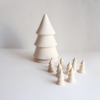 木のぬくもりを感じる無塗装のマザークリスマスツリー