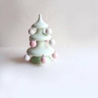 木のぬくもりを感じる無塗装のクリスマスツリー ゆらゆら揺れるボール付