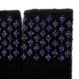rie206-violeta リトアニア ビーズ編みのリストウォーマー RIESINES モヘアのようなふわふわした黒地に並んだビーズ柄