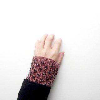 rie215-violeta リトアニア ビーズ編みのリストウォーマー RIESINES アズキ色の絶妙な色合いに黒のビーズ