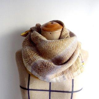 ny768 リトアニアの手織りリネンスカーフ 黄土色に一部うっすらとラベンダーの色合い