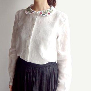 繊細な刺繍 ちょこんとついた丸襟が清楚な印象の白シャツ