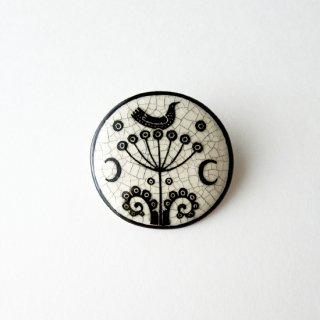 adm054 リトアニアの森の物語がぎゅっと詰まった陶器のブローチ  小鳥と花、モノトーンカラーJ