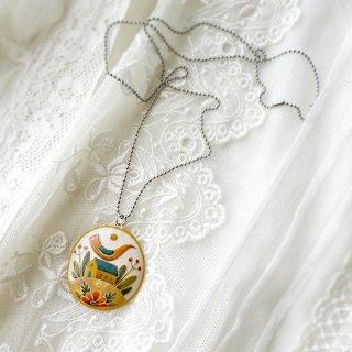 adm056 リトアニアの森の物語がぎゅっと詰まった陶器のネックレス イエローカラーの家と小鳥と丘に咲く花