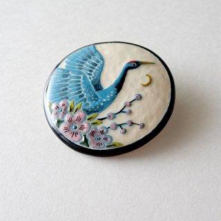 adm059 リトアニアの森の物語がぎゅっと詰まった陶器のブローチ 蒼い鶴と梅の花F