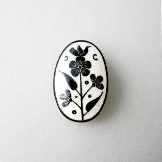 adm062 リトアニアの森の物語がぎゅっと詰まった陶器のブローチ  小鳥と花、モノトーンカラーK
