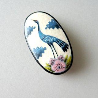 adm065 リトアニアの森の物語がぎゅっと詰まった陶器のブローチ 蒼い鶴と梅の花H