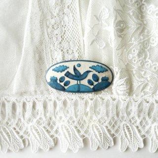 adm071 リトアニアの森の物語がぎゅっと詰まった陶器のブローチ 丘の上に立つ家、小鳥の青い世界