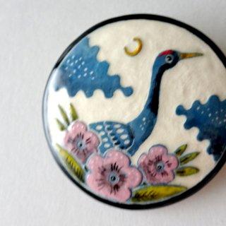 adm074 リトアニアの森の物語がぎゅっと詰まった陶器のブローチ  蒼い鶴と梅の花G