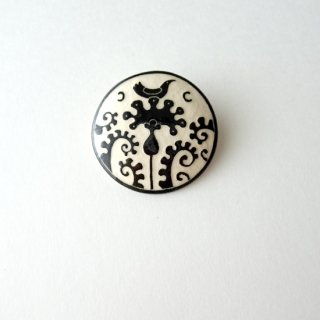 adm076 リトアニアの森の物語がぎゅっと詰まった陶器のブローチ   小鳥と花、モノトーンカラーL