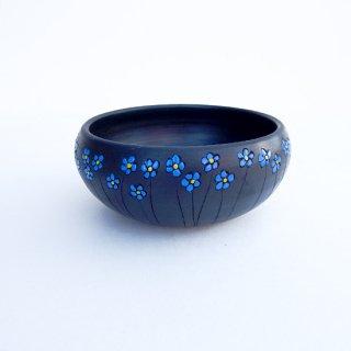 rgn012 リトアニア Reginaさんの黒陶器 ブラックセラミック 平たい小鉢に青いお花