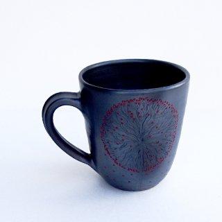 rgn017 リトアニア Reginaさんの黒陶器 ブラックセラミック 小さな赤い実がびっしりと描かれたマグカップ