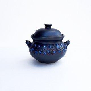 rgn018 リトアニア Reginaさんの黒陶器 ブラックセラミック 青い花と赤い実が描かれた蓋つきの壺