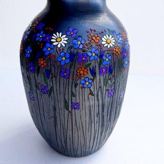 rgn019 リトアニア Reginaさんの黒陶器 ブラックセラミック 色とりどりのお花が描かれた美しいフォルムの花瓶