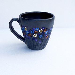rgn021 リトアニア Reginaさんの黒陶器 ブラックセラミック 色とりどりのお花が描かれたマグカップ