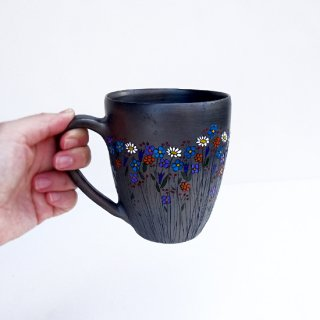 rgn022 リトアニア Reginaさんの黒陶器 ブラックセラミック 色とりどりのお花が描かれたマグカップ