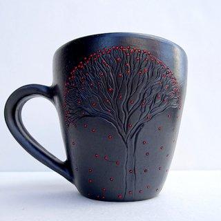 rgn025 リトアニア Reginaさんの黒陶器 ブラックセラミック 小さな赤い実がびっしりと描かれたマグカップ