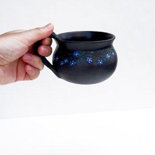 rgn026 リトアニア Reginaさんの黒陶器 ブラックセラミック 青いお花のマグカップ