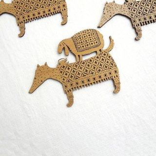 or307 リトアニア EtnoDesignエトノデザイン 木製オーナメント  狼の背中の上でお茶してる羊 ひつじ ヒツジ