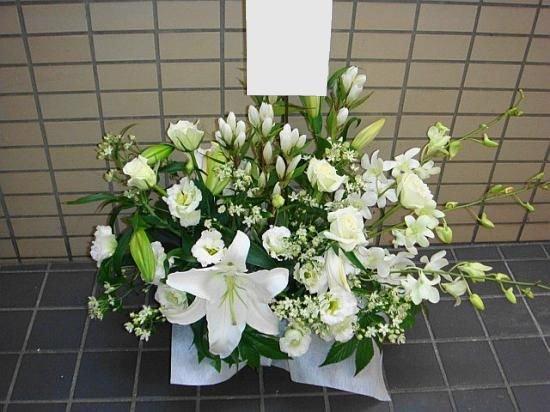 カサブランカと白バラのお供えアレンジ・L(白を基調に洋花、和花で)