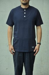 <img class='new_mark_img1' src='https://img.shop-pro.jp/img/new/icons1.gif' style='border:none;display:inline;margin:0px;padding:0px;width:auto;' />【K2APARTMENT standard select store】HOMME  HENRYNECK TEE ネイビー