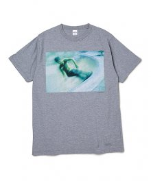 <img class='new_mark_img1' src='https://img.shop-pro.jp/img/new/icons8.gif' style='border:none;display:inline;margin:0px;padding:0px;width:auto;' />DELUXE <BR>DELUXE×RIPZINGER SK8 TEE (GRAY)