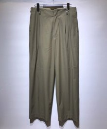 <img class='new_mark_img1' src='https://img.shop-pro.jp/img/new/icons8.gif' style='border:none;display:inline;margin:0px;padding:0px;width:auto;' />marka <BR>2TUCK STRAIGHT FIT TROUSERS ー HAND TWIST COTTON TWILL - (OLIVE)