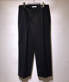 <img class='new_mark_img1' src='https://img.shop-pro.jp/img/new/icons8.gif' style='border:none;display:inline;margin:0px;padding:0px;width:auto;' />marka <BR>2TUCK STRAIGHT FIT TROUSERS ー HAND TWIST COTTON TWILL - (BLACK)