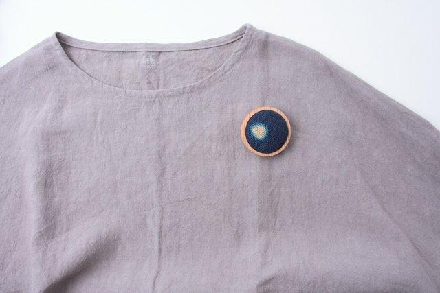 渡辺洋美 杉ベース藍染ブローチ 丸 約5×1.5cm